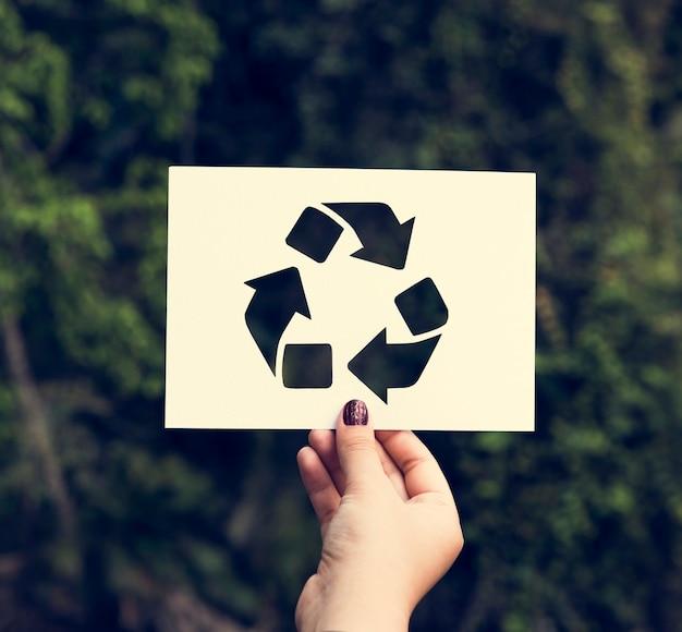 Mão, segure, recicle sinal, papel, esculpindo