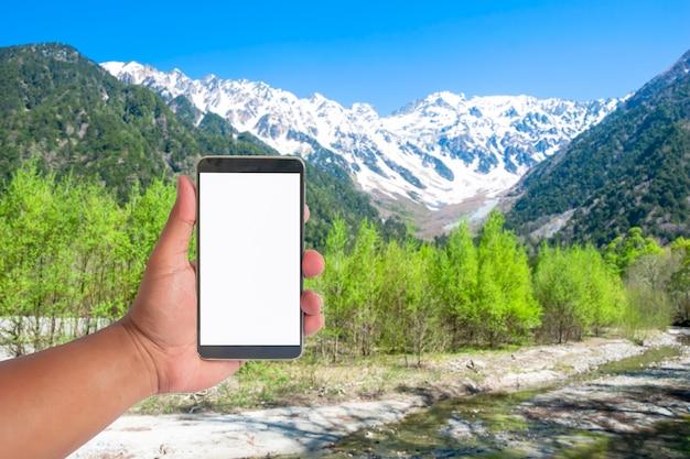 Mão, segure, telefone móvel, ligado, um, vista, de, japão, alpes, montanha, japão