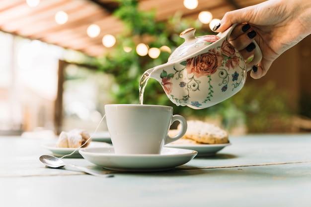 Mão, servindo, chá