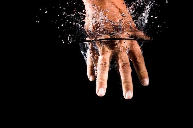 Mão submersa