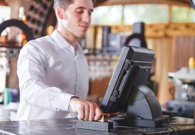Mão swiping cartão de crédito na loja.