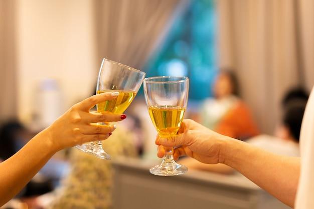 Mão tilintar copos vinho branco