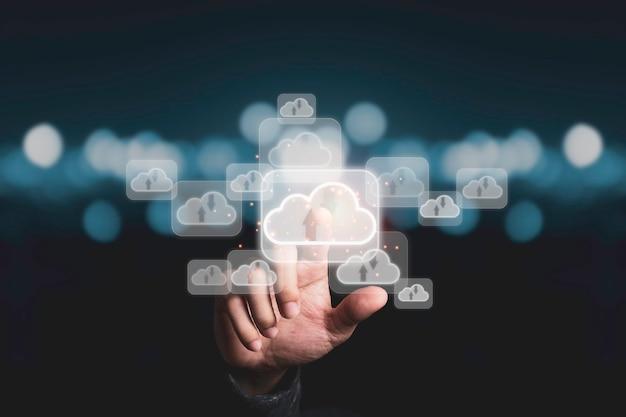 Mão tocando a inteligência artificial virtual com transformação de tecnologia em nuvem e internet das coisas. o big data de gerenciamento de tecnologia em nuvem inclui estratégia de negócios e atendimento ao cliente.