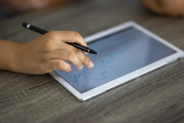 Mão tocando a tela do tablet