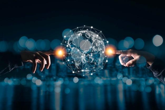 Mão tocando o mundo virtual com a rede de conexão.