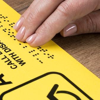 Mão tocando palavras em braille