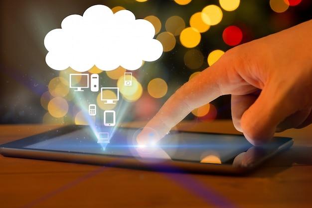Mão tocando um tablet