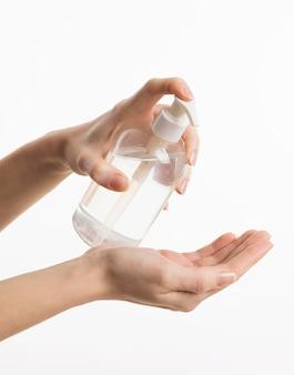 Mão usando desinfetante para as mãos