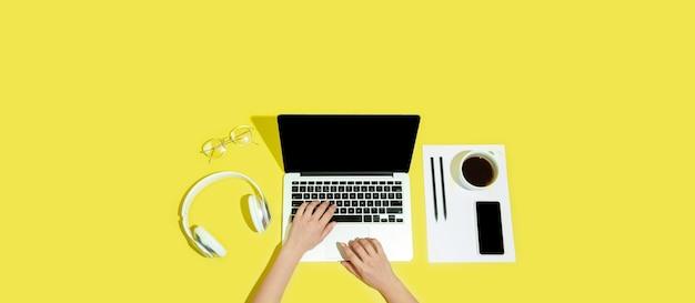 Mão usando dispositivo de gadgets na tela em branco de vista superior com folheto de estilo minimalista de copyspace
