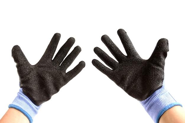 Mão usando luva protetora de trabalho dando os polegares para cima sinal isolado no fundo branco.