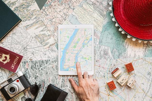 Mão usando o tablet com o mapa