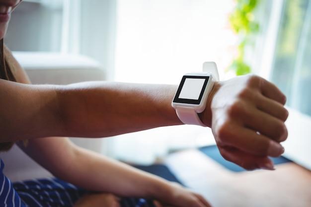 Mão usando relógio inteligente