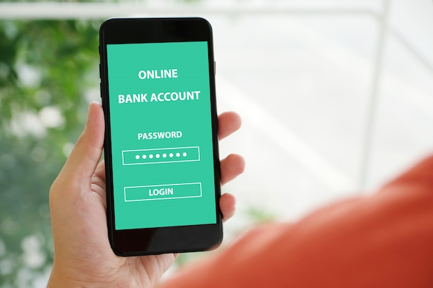 Mão usando smartphone com login de senha de conta bancária on-line na tela