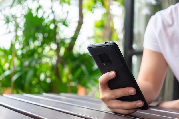 Mão usando smartphone