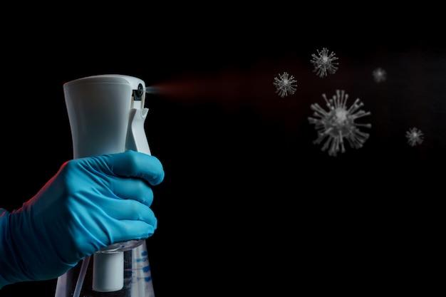 Mão usando spray desinfetante, para parar a propagação do vírus