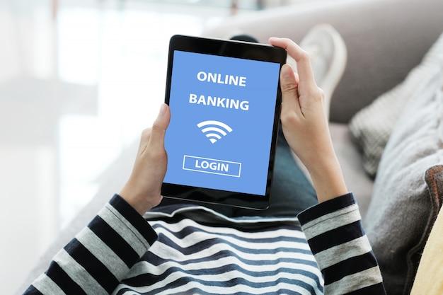 Mão usando tablet digital com conta bancária on-line