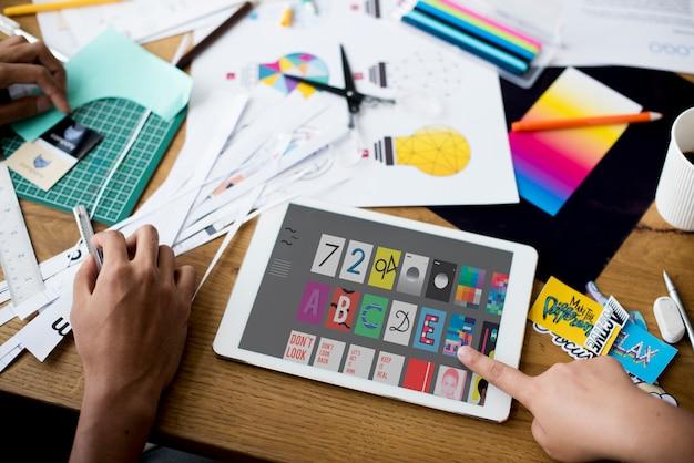 Mão, usando, tabuleta, desenho, gráfico