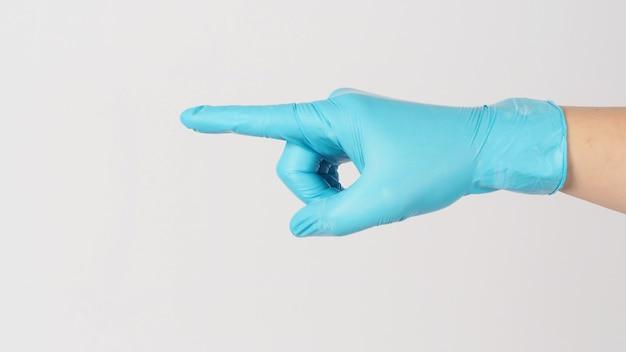 Mão usar luva médica e apontar ou tocar gesticulando no fundo branco.