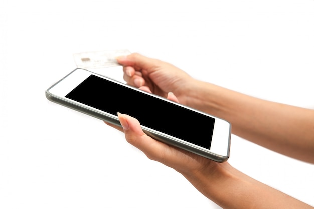 Mão usar tablet e cartão de crédito compra on-line