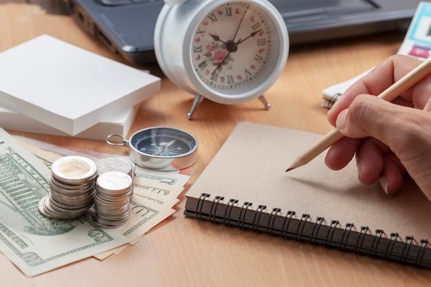 Mão, uso, lápis, escrita, ligado, nota papel, e, negócio finanças, objetos, negócio, local trabalho, ligado, tabela escritório