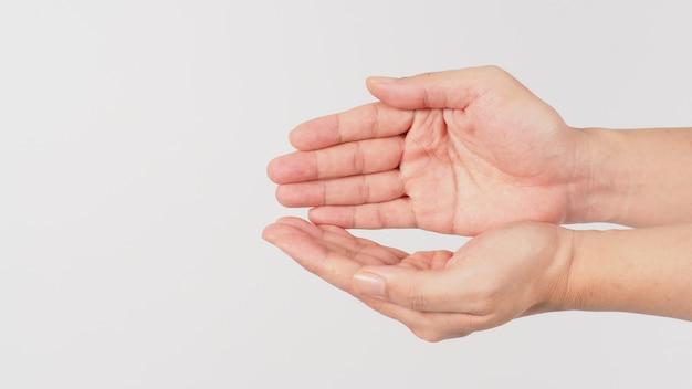 Mão vazia implorando gesto em fundo branco.