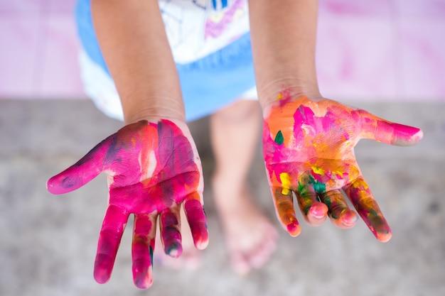 Mãos abertas garoto sujo com aquarela