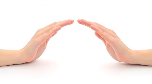 Mãos abrigando símbolo isolado no branco
