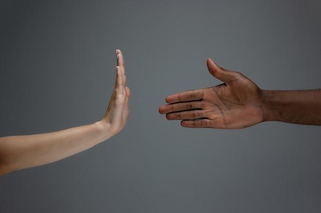 Mãos africanas e brancas gesticulando