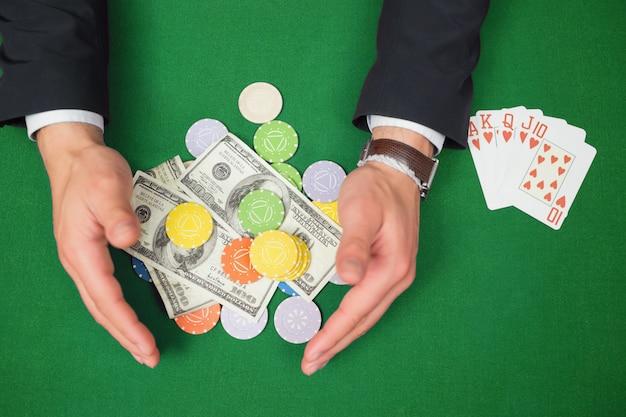 Mãos, agarrar, dólares, e, lascas, de, tabela, ao lado, royal flush