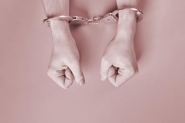 Mãos algemadas, copie o espaço. conceito de prisão. privação da liberdade e apreensão dos perpetradores. fists.
