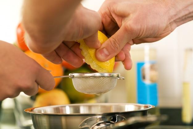 Mãos apertando um limão