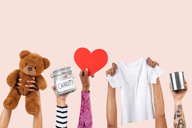 Mãos apresentando caridade para campanha de doação de itens essenciais