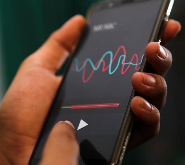Mãos atraentes tocando app de música em um telefone inteligente