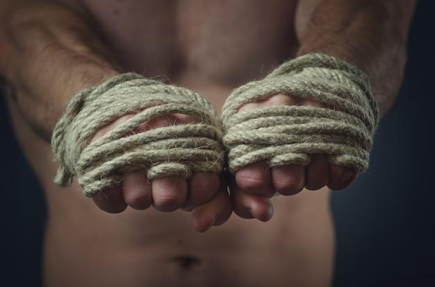 Mãos boxeador tailandês em primeiro plano, a tradicional corda de cânhamo enrolada para combinar ou treinar