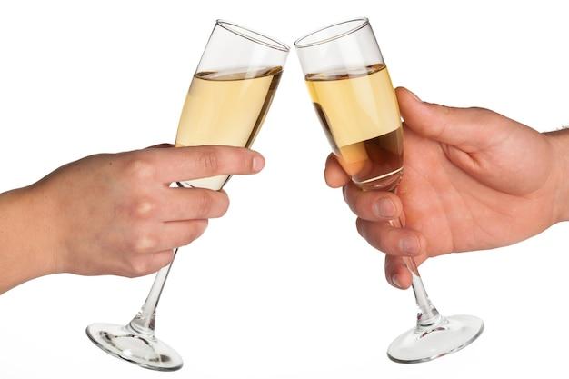 Mãos brindando com champanhe isolado no branco