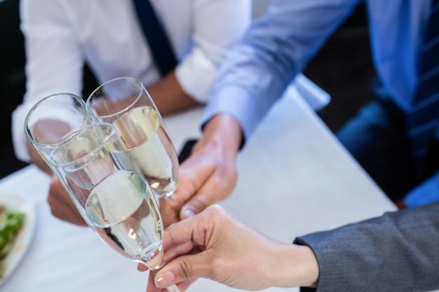 Mãos brindando com champanhe