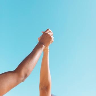 Mãos casal de jovens olhando para cima