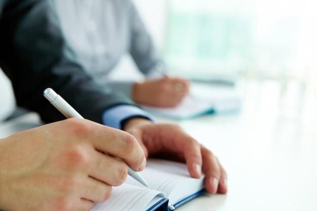 Mãos close-up da escrita do trabalhador