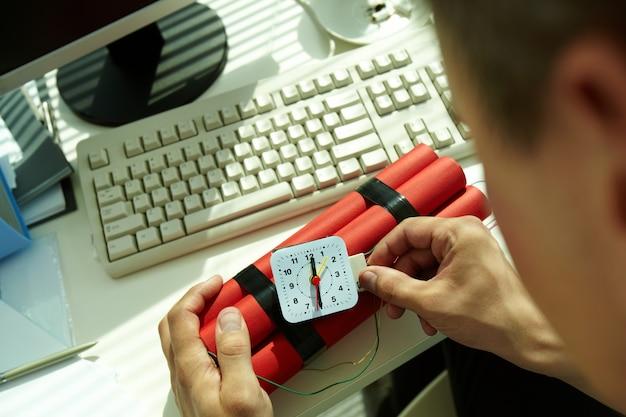 Mãos close-up do homem preparando uma bomba