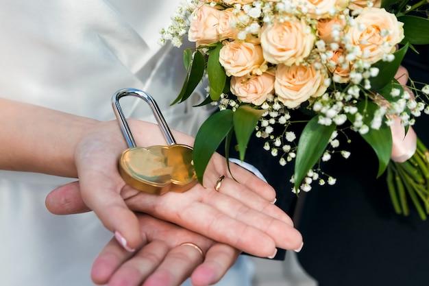 Mãos closeup de um casal apaixonado, romance