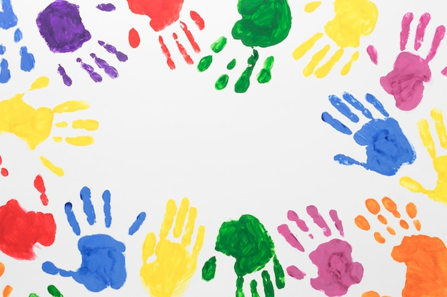Mãos coloridas em fundo branco com espaço de cópia