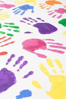 Mãos coloridas em fundo branco