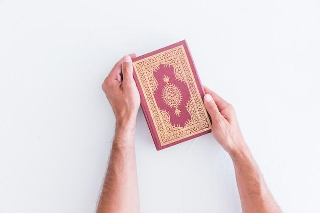 Mãos, com, árabe, livro