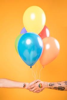 Mãos, com, balões coloridos