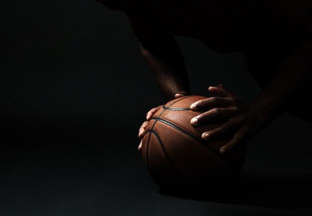 Mãos com bola de basquete