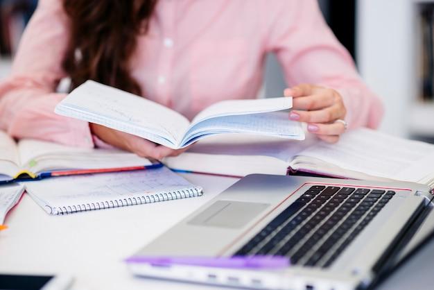 Mãos, com, caderno, ligado, local trabalho