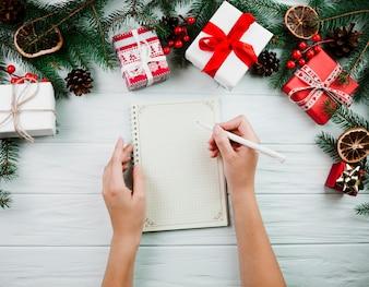 Mãos, com, caderno, perto, natal, ramo