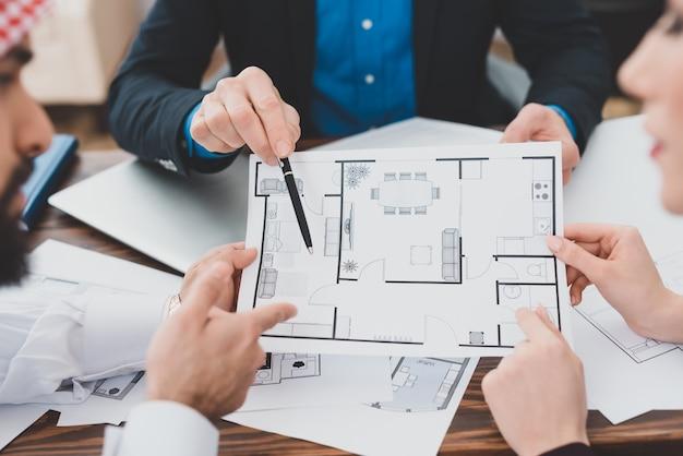 Mãos, com, casa, plano, bens imóveis, escritório, conceito
