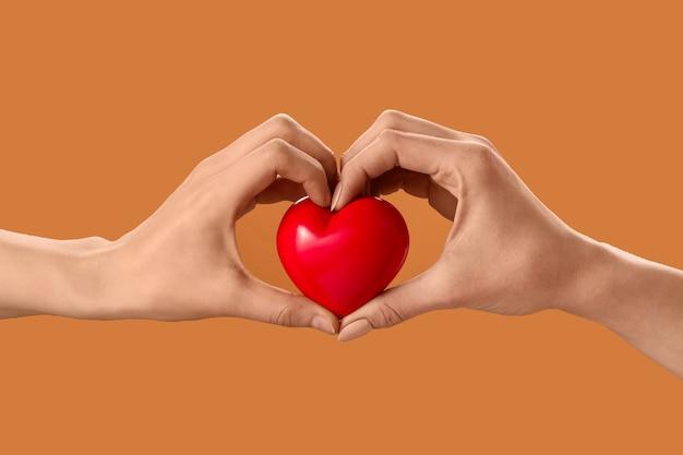 Mãos com coração vermelho