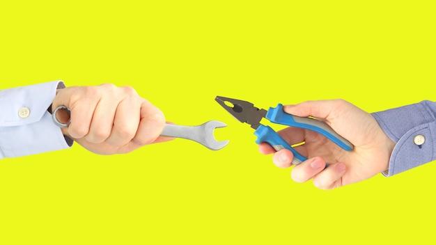 Mãos com diferentes ferramentas de trabalho